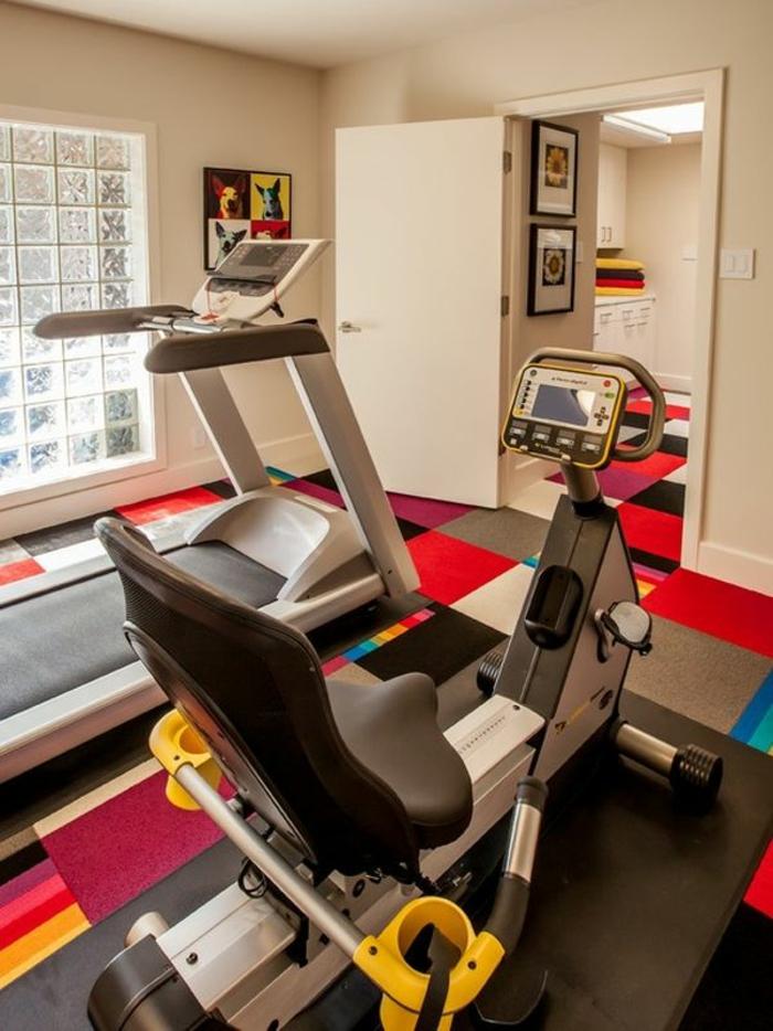 innendesign fitness geräte fitnessraum farbige teppichläufer