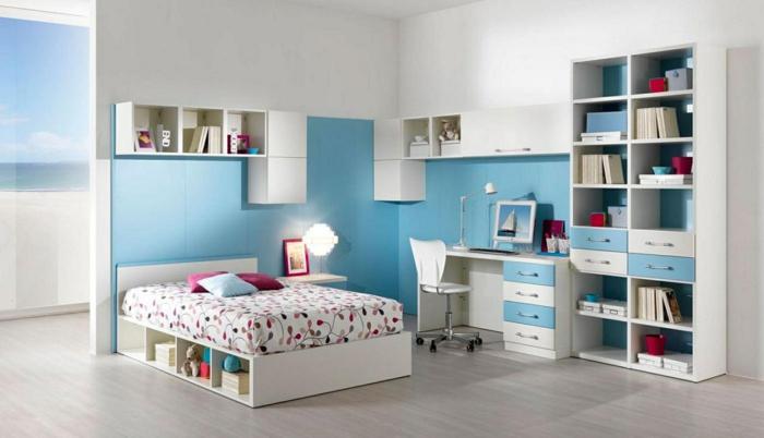 jugendzimmer einrichten funktioanles bett blaue wandfarbe offene regale tischlampe