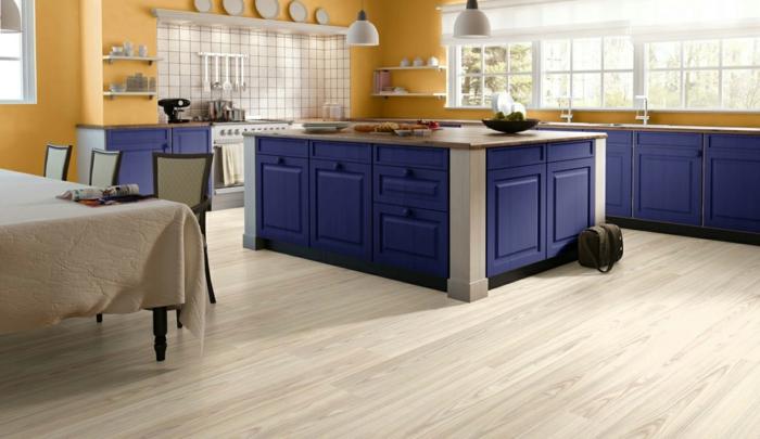 küchenfliesen wand küchenrückwand blaue küchenschränke gelbe wandfarbe