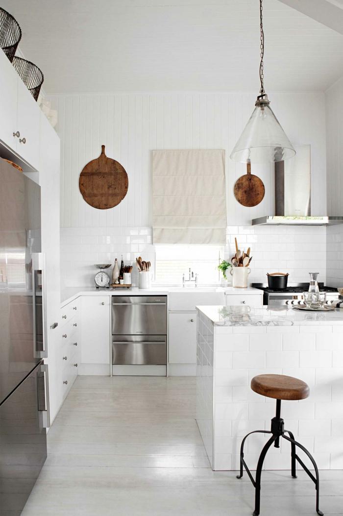 küchenfliesen wand weiß skandinavisches design raffrollo