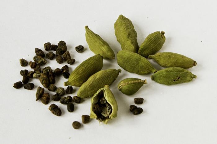 kardamom aromatisch gesund küchengewürz schwarze samen grüne hülsen