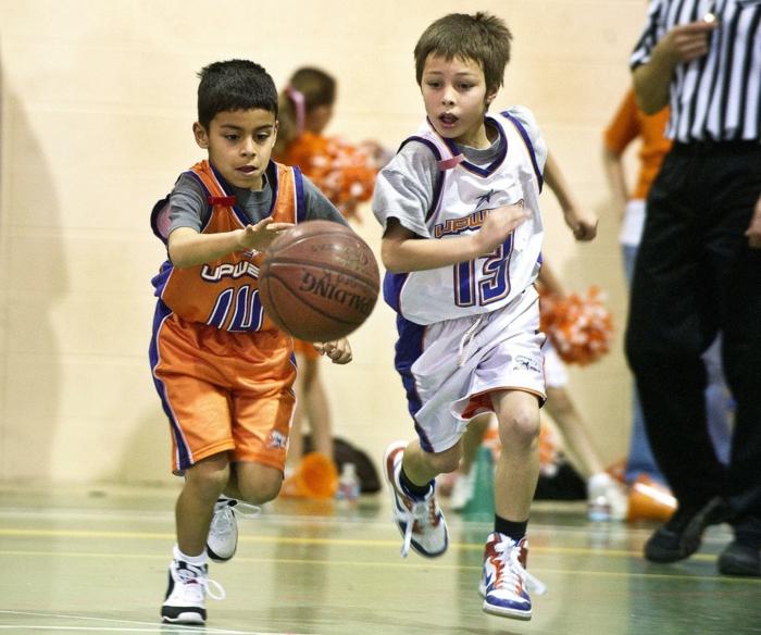 kindersport arten jungen basketball treiben