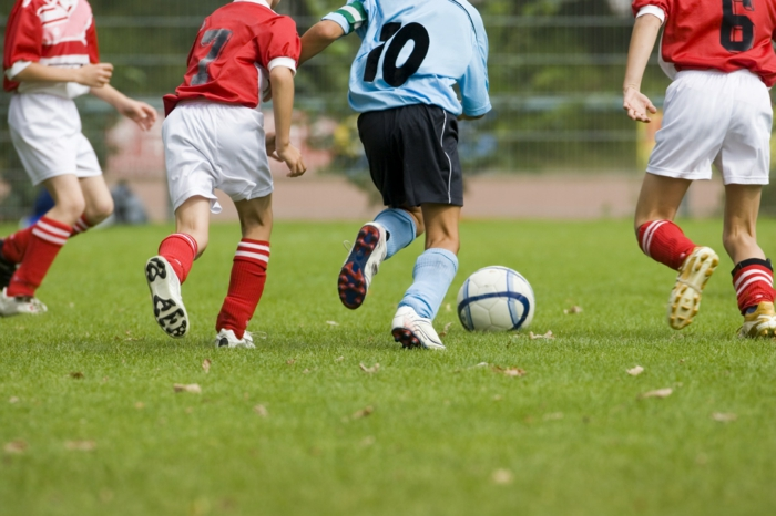 kindersport auswählen jungen fußball spielen
