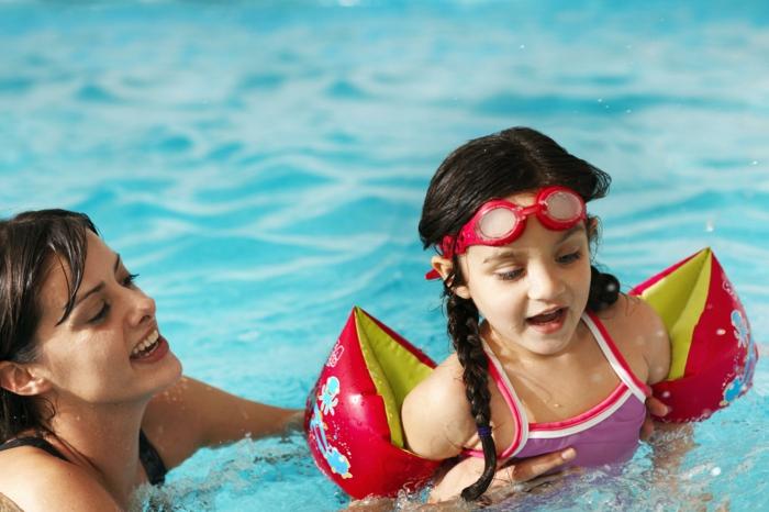 kindersport kinder schwimmen lernen mutter tochter