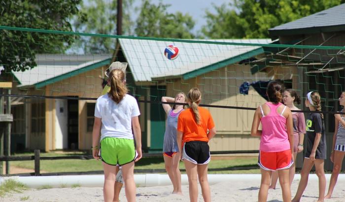 kindersport sportarten kinder mädchen volleyball spielen draußen