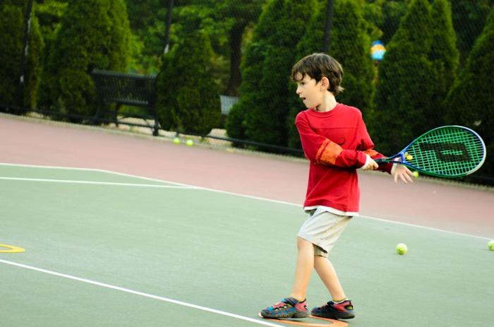 kindersport tennis trainieren junge spielend lifestyle