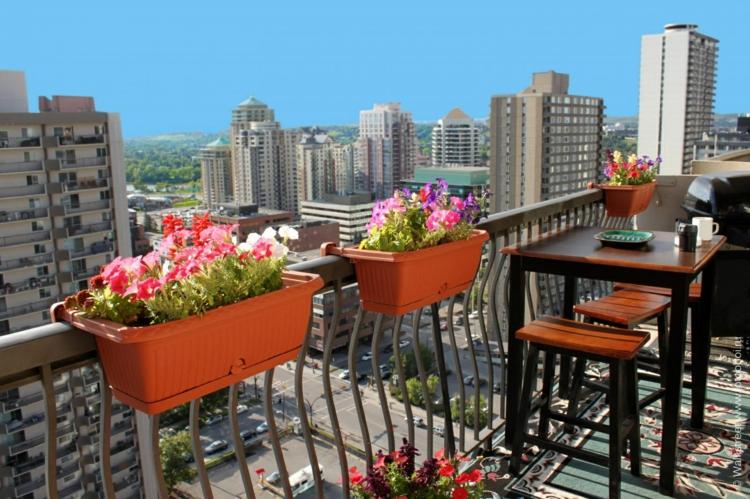 kleine Balkone gestalten Balkon dekorieren Topfpflanzen