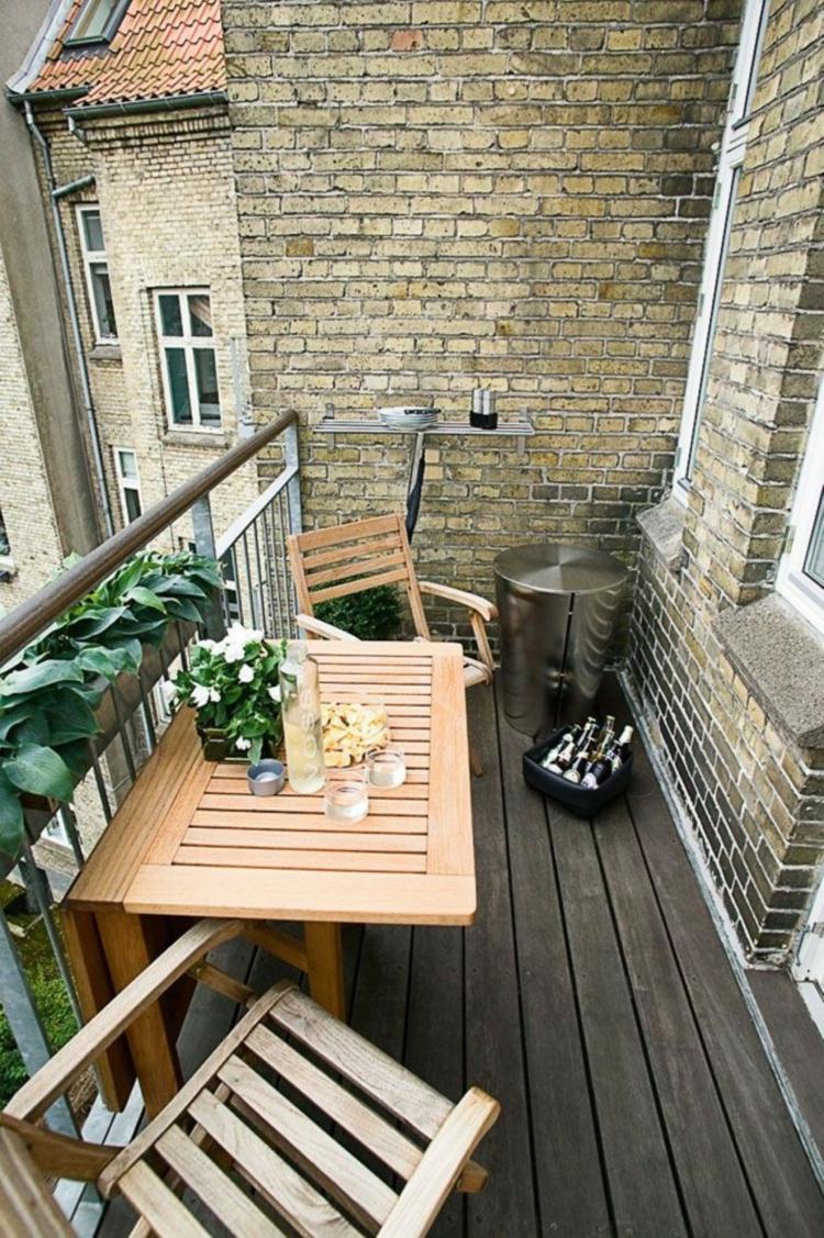 kleine Balkone gestalten Balkonmöbel Holz platzsparend praktisch