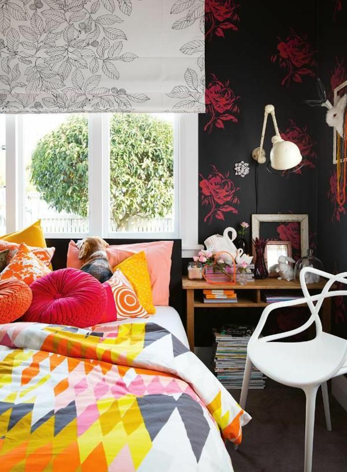 kleines schlafzimmer einrichten boho chic bunte bettwäsche kissen schminktisch weißer stuhl