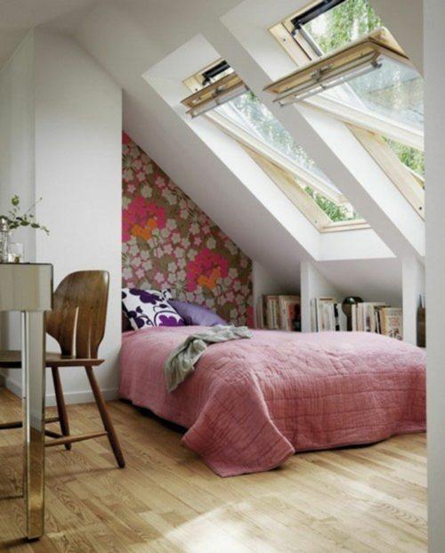 kleines-schlafzimmer-einrichten-doppelbett-bettnische-bücherregale-tapete-blumenmuster