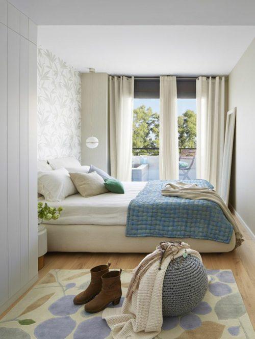 kleines-schlafzimmer-einrichten-doppelbett-blumenmuster-teppich-wandtapete