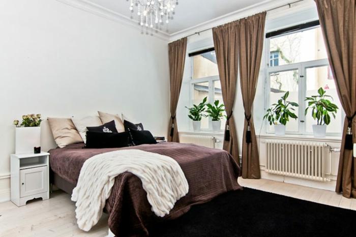 schlafzimmer einrichten doppelbett erdfarben braune vorhänge