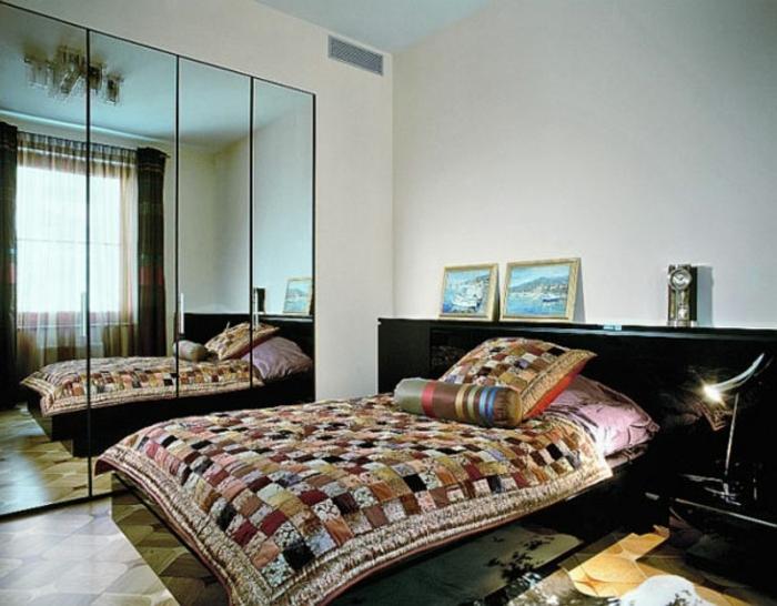 kleines schlafzimmer einrichten doppelbett quilt tagesdecke quadrat muster spiegelwand