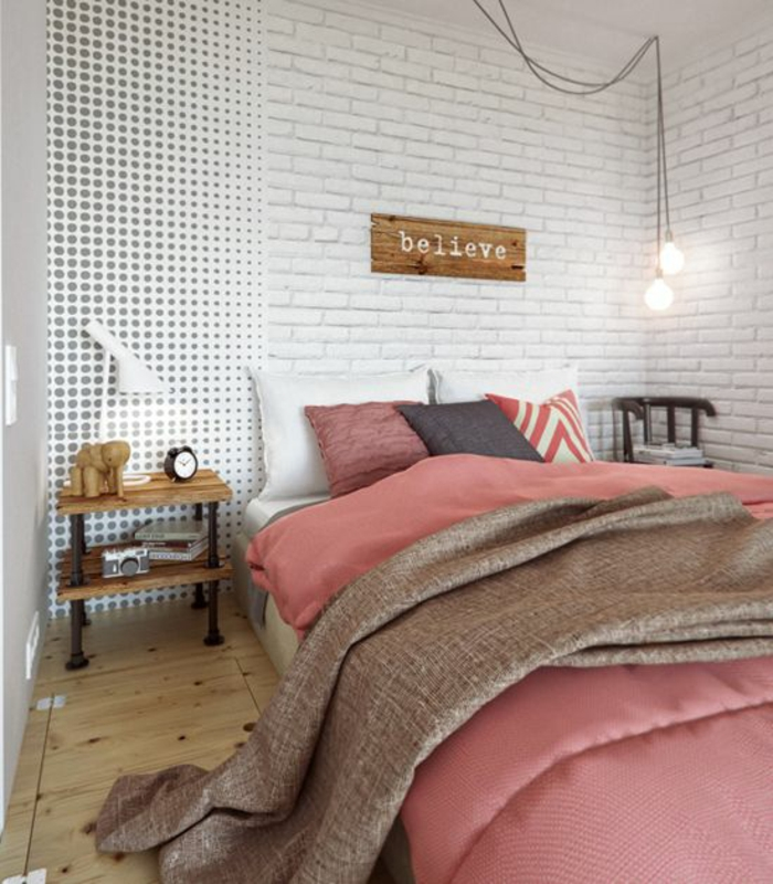 kleines schlafzimmer einrichten doppelbett rosa tagesdecke weiße ziegelwand glühbirnen hängeleuchten
