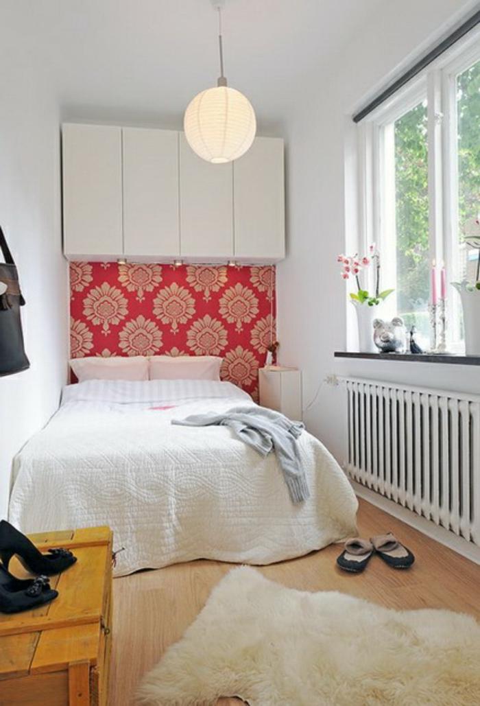 kleines schlafzimmer einrichten florale muster tapete weiße wandschränke doppelbett holztruhe