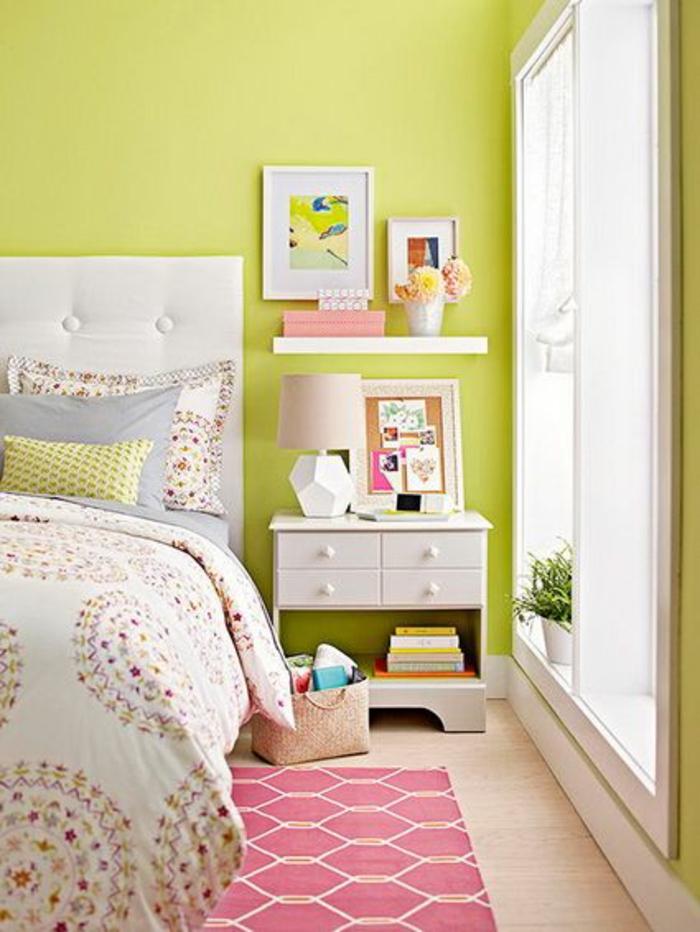 kleines schlafzimmer einrichten grüngelb wandfarbe nachtkonsole wandregal