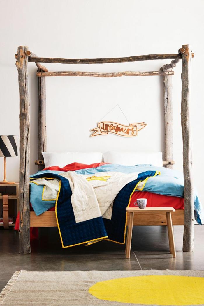 kleines schlafzimmer einrichten naturmaterialien holzstangen himmelbett juteteppich