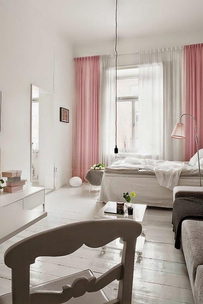 kleines schlafzimmer einrichten rosa weiße vorhänge retro lampion weiße holzdielen