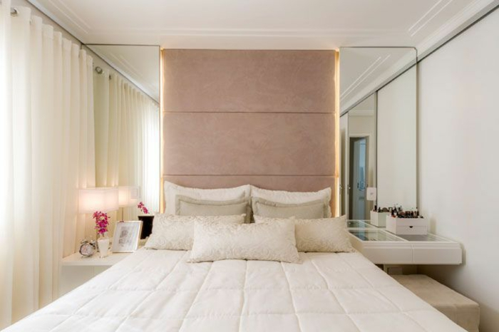Kleines Schlafzimmer Einrichten Spiegel Symmetrisch Weiße Vorhänge