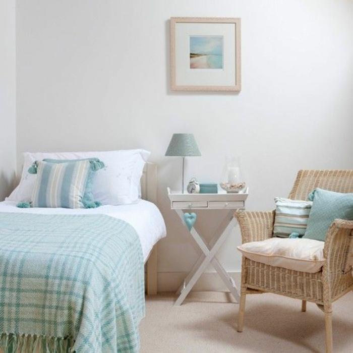 kleines schlafzimmer wandfarbe weiß rattansessel einzelbett klappbarer nachttisch