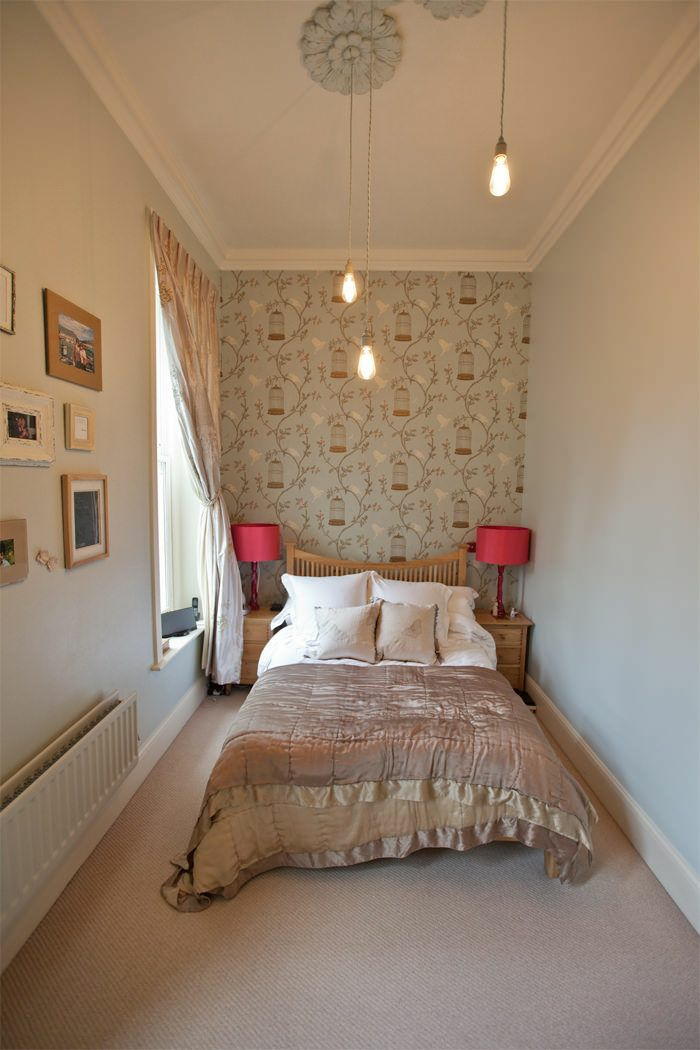 schlafzimmer einrichten wandtapete rankenmuster tagesdecke seide