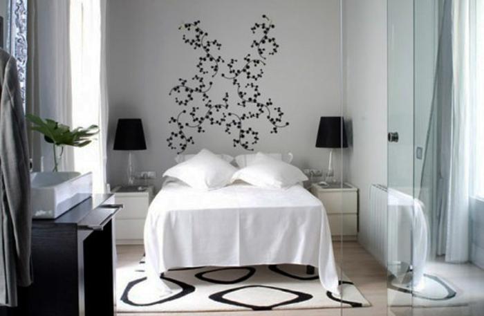 schlafzimmer einrichten weiße nachtkonsolen wandtattoo schwarze tischleuchten
