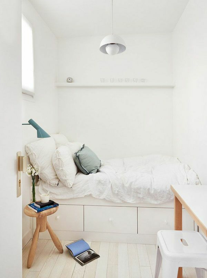 kleines schlafzimmer einrichten weiße wände metallpendelleuchte hocker holz