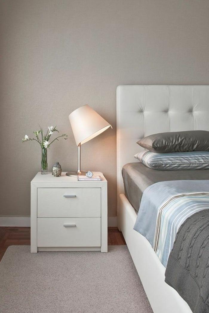 schlafzimmer einrichten weißes lederbett weiße nachtkonsole satinbettwäsche
