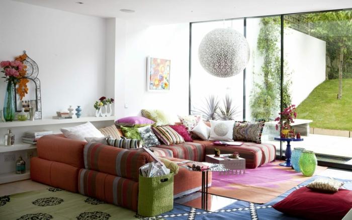 wohnzimmer einrichten boho einrichtungsstil dekokissen bunte teppiche