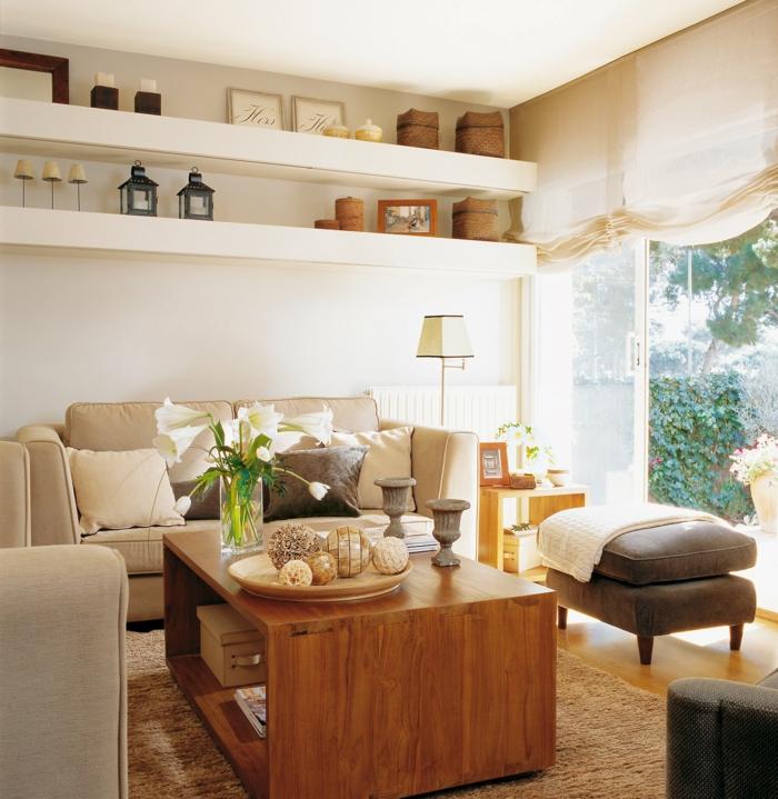 wohnzimmer einrichten durchsichtiger couchtisch weißer teppich weiße sofas