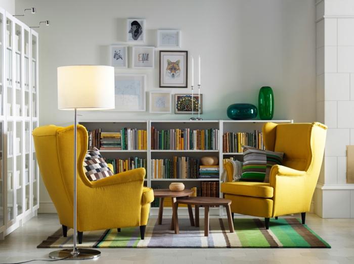wohnzimmer einrichten gelbe sessel bücherregale gestreifter teppich
