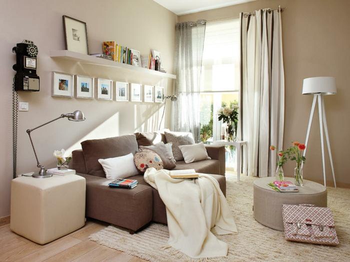 Kleines Wohnzimmer Einrichten Graunes Sofa Runde Ottomane Quadratischer Hocker Retro