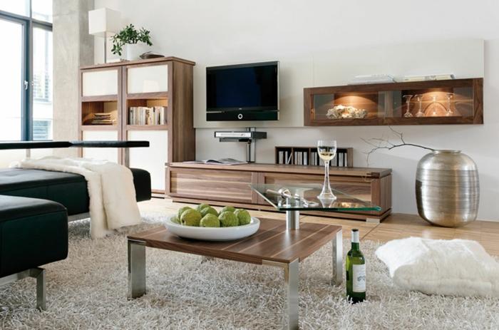 kleines wohnzimmer einrichten holzmöbel hochflor teppich weiß schwarzleder sofa