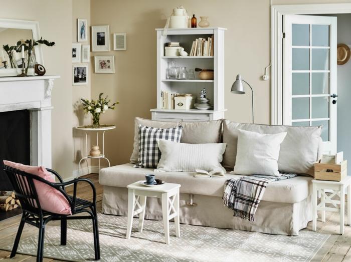 kleines wohnzimmer einrichten kommode beistelltisch rund holzhocker kamin - Wie Kann Man Ein Kleines Wohnzimmer Einrichten