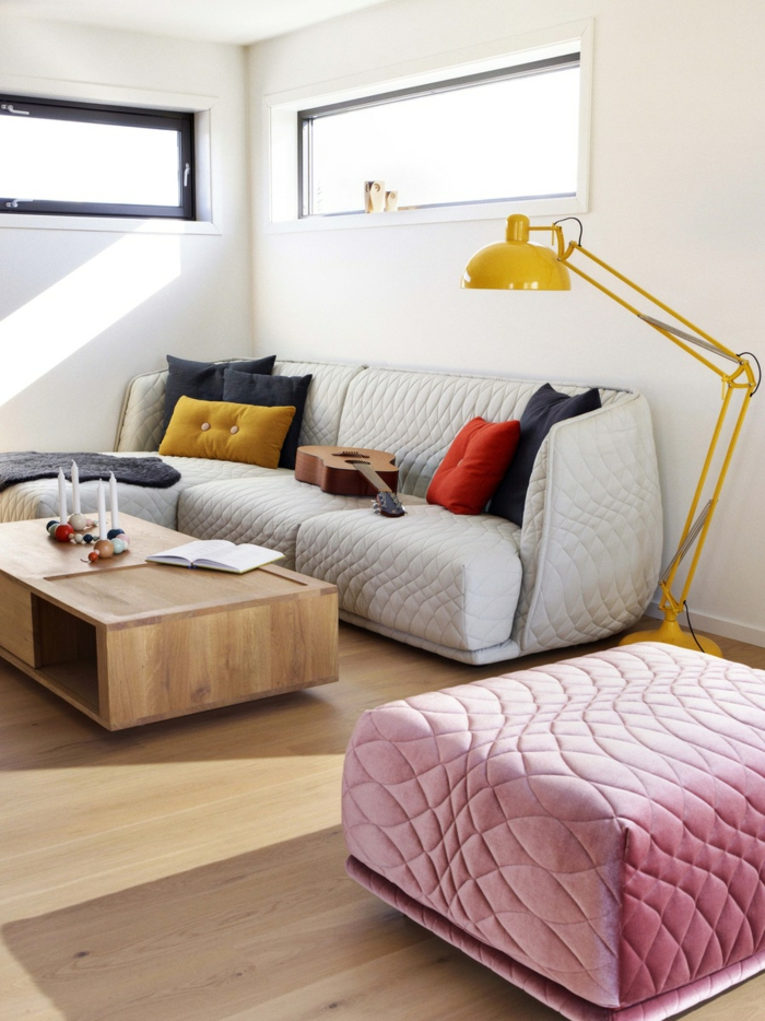 kleines wohnzimmer einrichten pastellfarben gelbe stehlampe weißes sofa rosa hocker