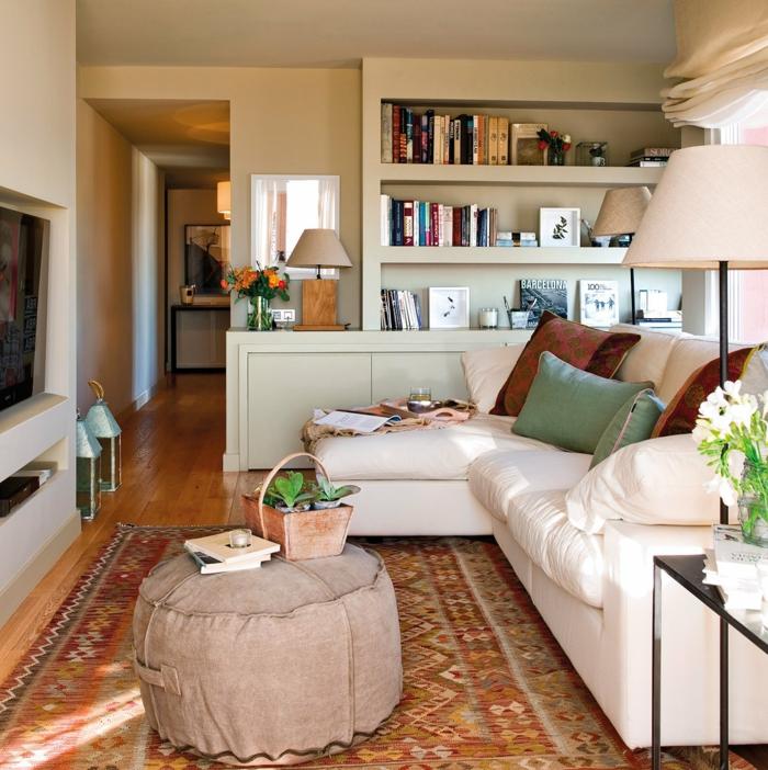 kleines wohnzimmer einrichten runde ottomane weiße couch perserteppich