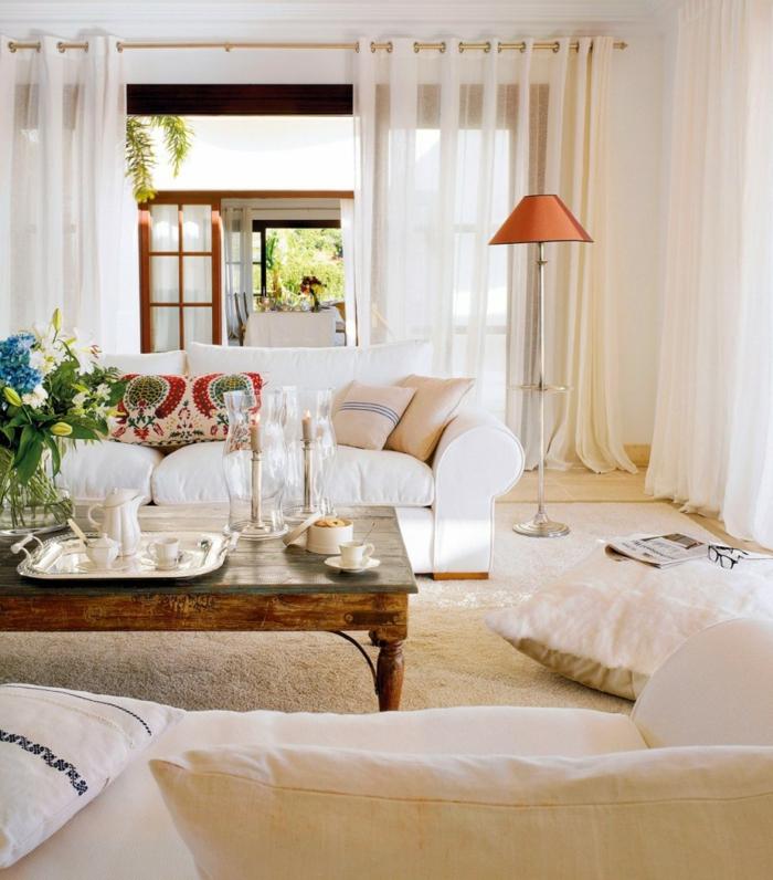 wohnzimmer einrichten weiße sofas sitzkissen antiker couchtisch lampion