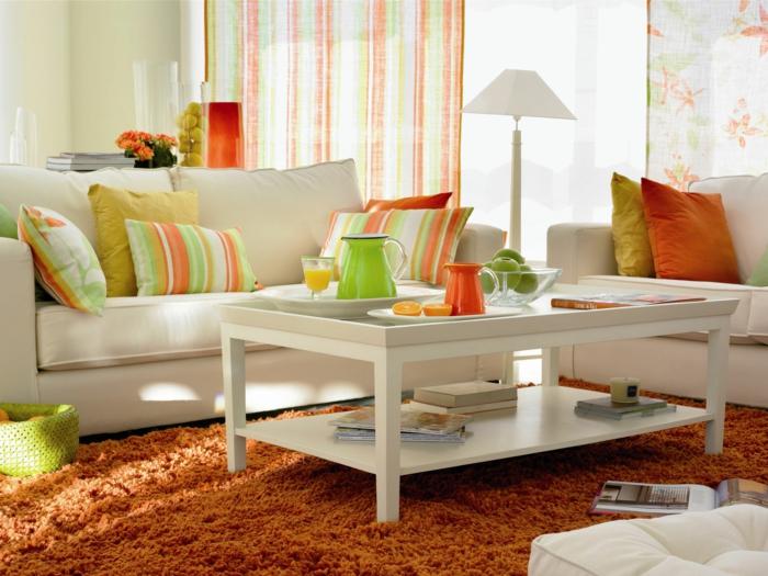 kleines wohnzimmer einrichten weißes sofa couchtisch orange hochflorteppich dekokissen