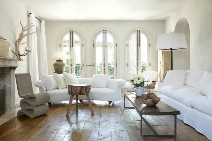 kleines wohnzimmer einrichten wohnzimmermöbel weiße sofas naturholz beistelltisch couchtisch