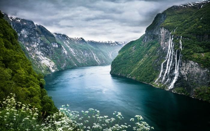 norwegische fjorde mit schnee bedeckt