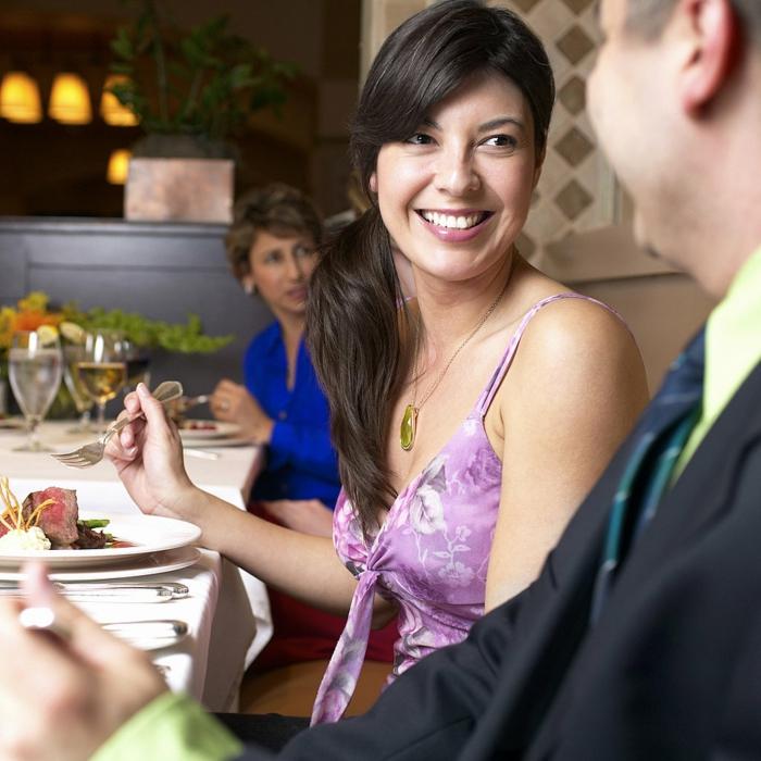positiv denken lernen restaurant mann frau