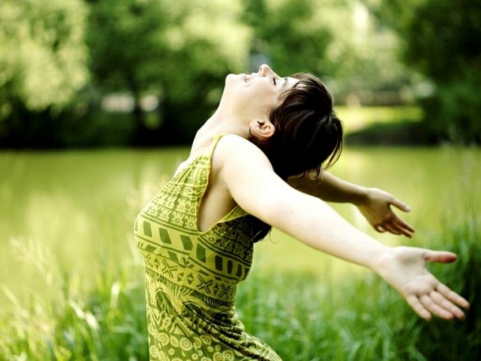positiv denken lernen frau glücklich natur