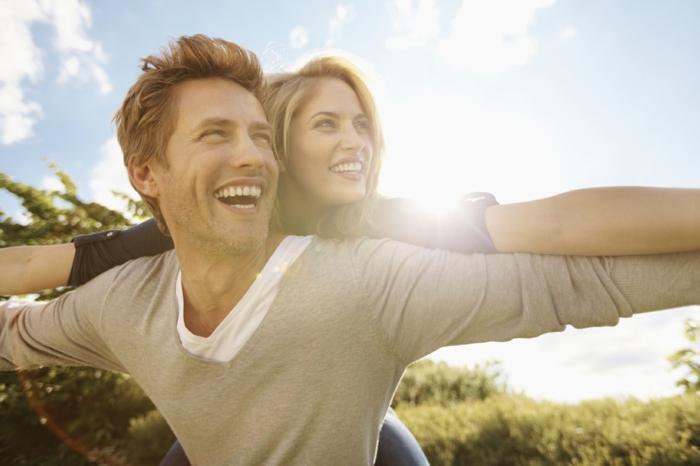 positives denken lernen man  frau glücklich zusammen