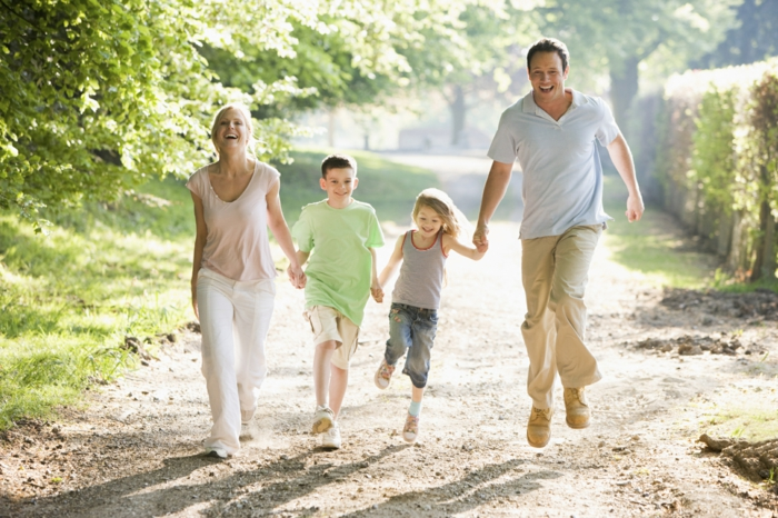 positiv denken lernen spaziergang familie natur