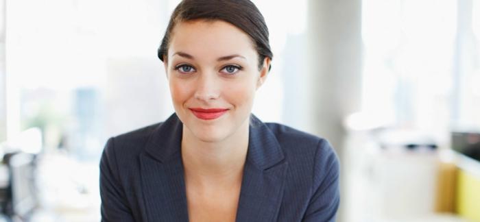 positives denken lernen frau roter lippenstift