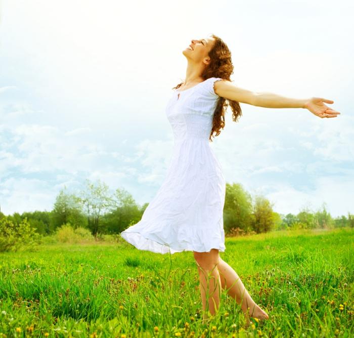 positives denken lernen glückliche frau weißes kleid