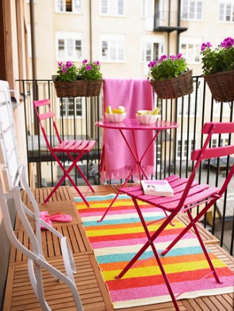 praktische balkonideen farbenfrohe balkonmöbel für kleinen balkon