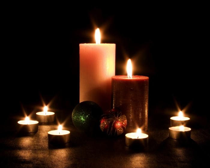 romantisch-wohnen-weihnachtsdeko-ideen-kerzen-teelichter-christbaumkugeln