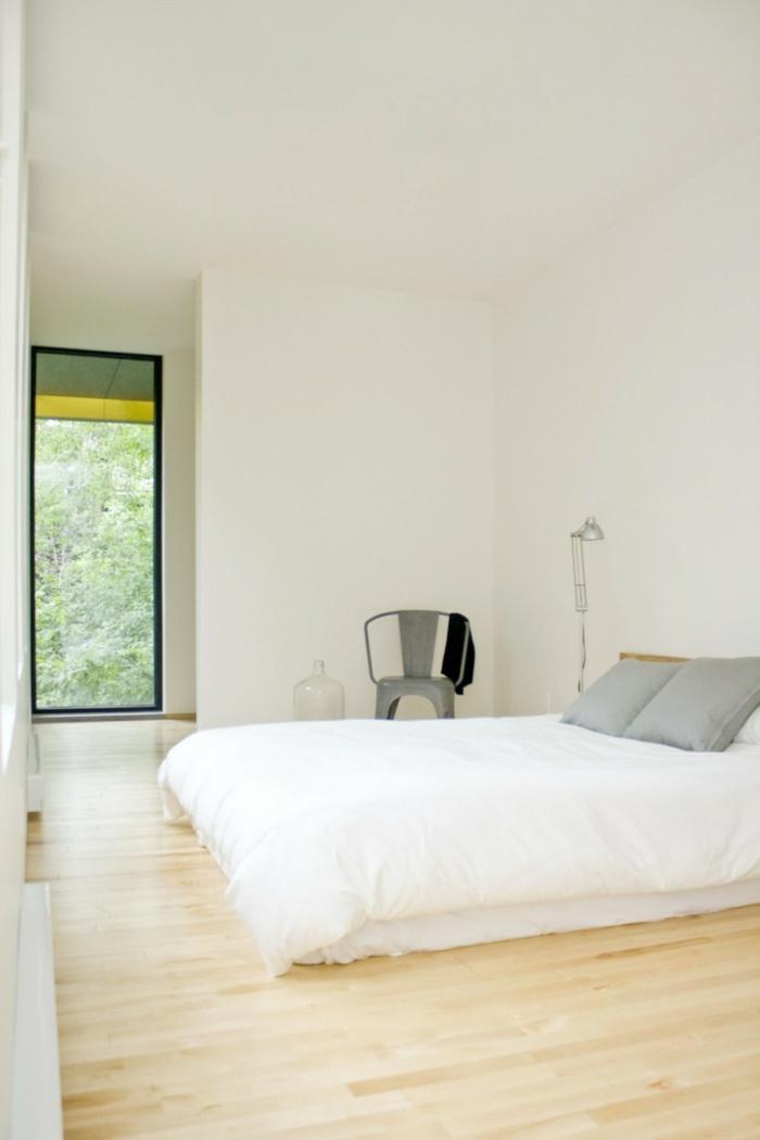 schlafzimmer einrichten bett stehlampe stuhl helle wände
