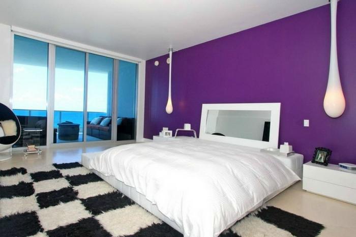 schlafzimmer einrichten coole hängeleuchten teppichmuster schwarz weiß lila akzentwand